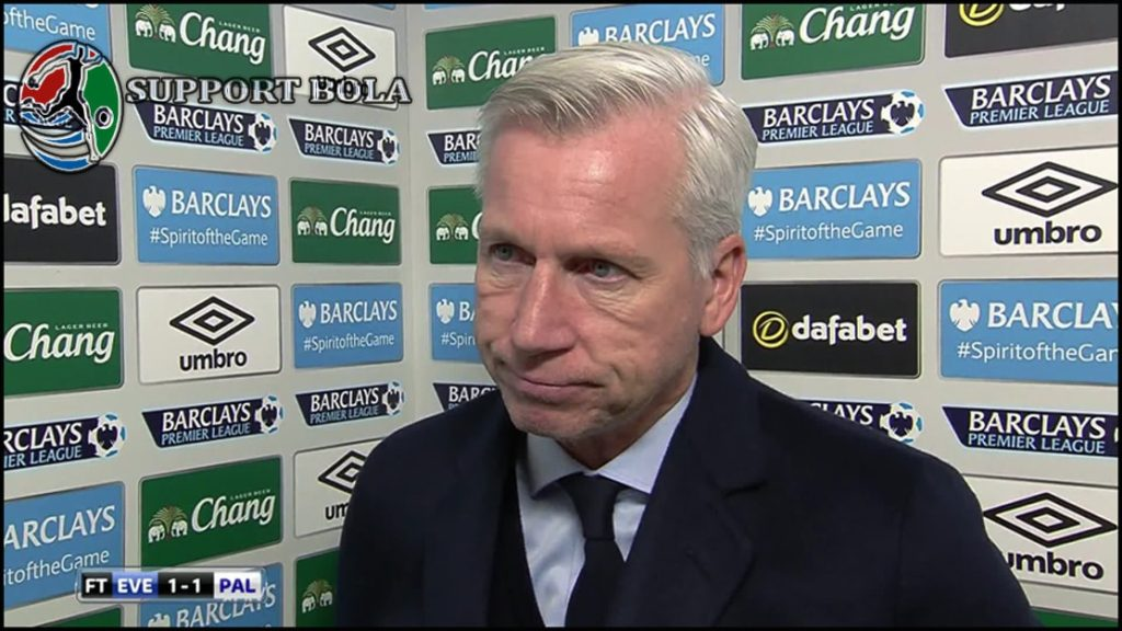 Alan Pardew, Manchester United Bisa Menang Karena Sang Wasit Tidak Adil
