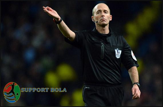 Wasit Kontroversi, Mike Dean Diturunkan FA ke Championship